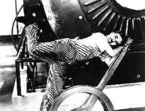 """Cena od filme """"Tempos modernos"""", de Charles Chaplin"""